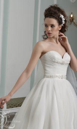 Элегантное свадебное платье пышного кроя с лифом в форме сердца.