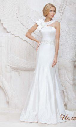 Открытое свадебное платье из атласной ткани с прямым лифом.