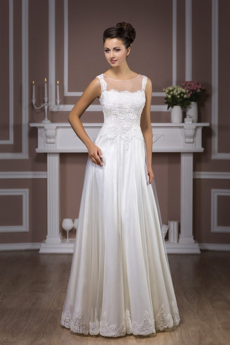 Свадебное платье прямого кроя с глянцевой подкладкой юбки и кружевным декором верха.