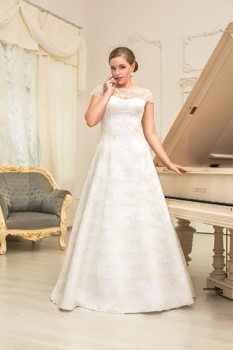 Фактурное свадебное платье «принцесса» с кружевным декором и короткими полупрозрачными рукавами.