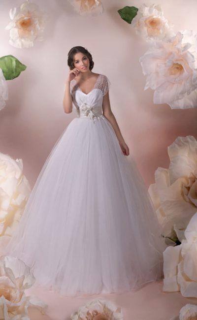 Свадебное платье пышного кроя с открытым корсетом, дополненным широкими кружевными рукавами.