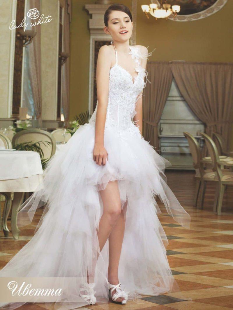 Чувственное свадебное платье с укороченным спереди подолом.