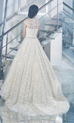 Романтичное свадебное платье с элегантным декольте и глянцевым кружевом по подолу.