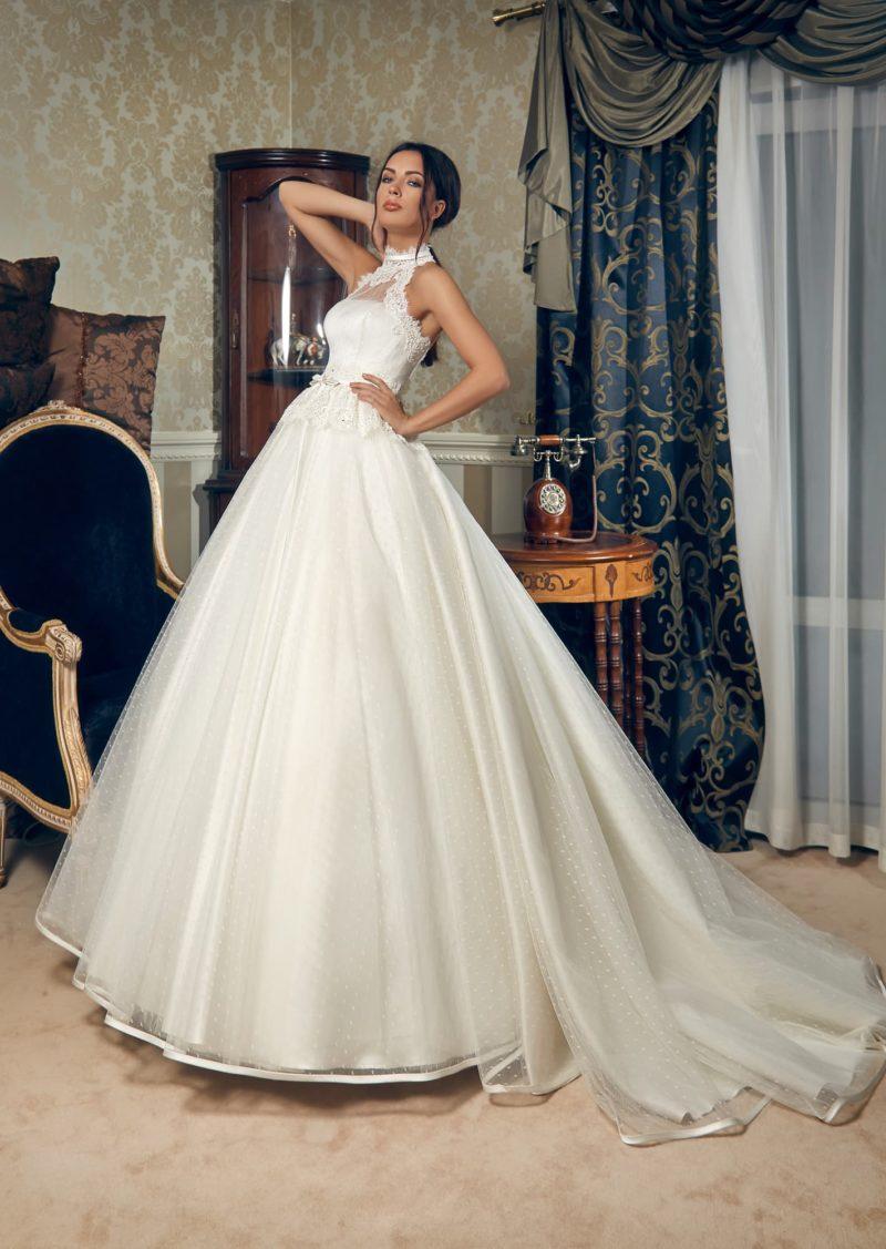 Стильное свадебное платье из фактурной тонкой ткани, с «американской проймой» и шлейфом.