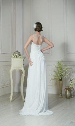 Утонченное свадебное платье прямого кроя с драпировками на талии и тонкой вставкой над декольте.