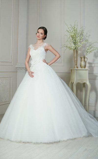 Роскошное свадебное платье с классическим корсетом, кружевным декором и пышным бутоном на талии.