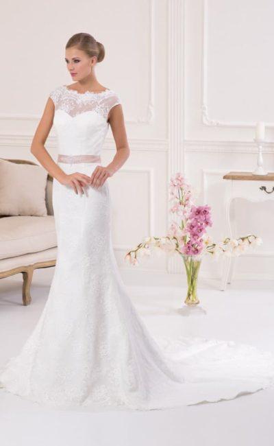 Закрытое свадебное платье с округлым декольте и элегантной юбкой «русалка».