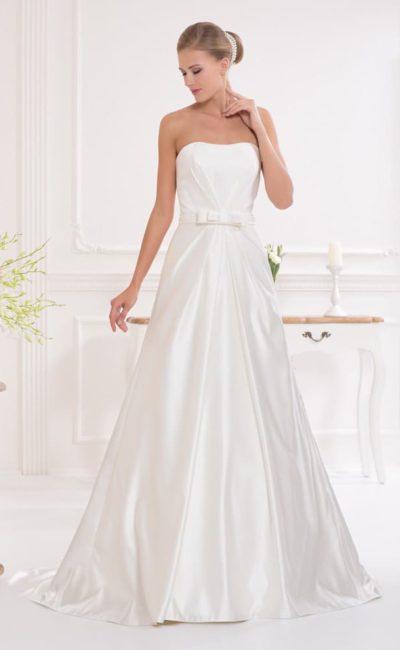 Недорогое атласное свадебное платье