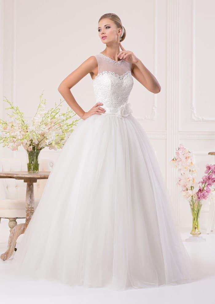 Великолепное свадебное платье пышного кроя с поясом, украшенным бутоном, и тонким декором лифа.