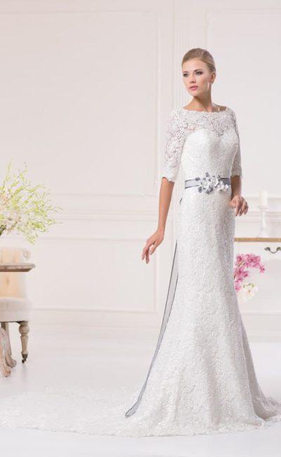 Закрытое свадебное платье, декорированное плотной кружевной тканью, с цветным поясом на талии.