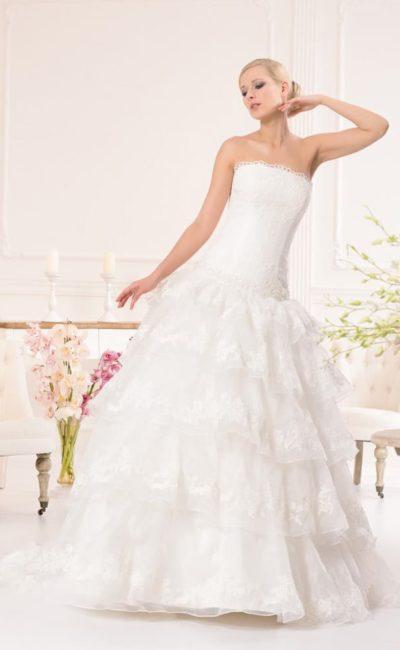 Свадебное платье с прямым лифом с кружевным декором и юбкой «принцесса» с оборками.