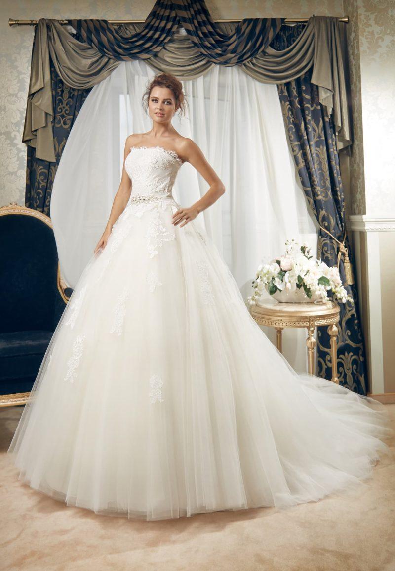Великолепное свадебное платье пышного силуэта, с открытым лифом и объемным шлейфом сзади.