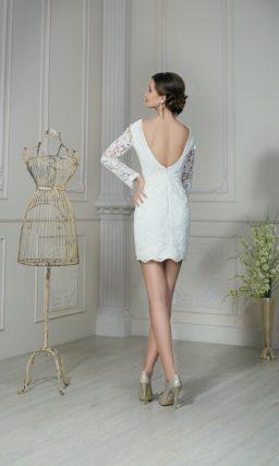 Короткое свадебное платье с V-образным вырезом на спине и длинным рукавом.