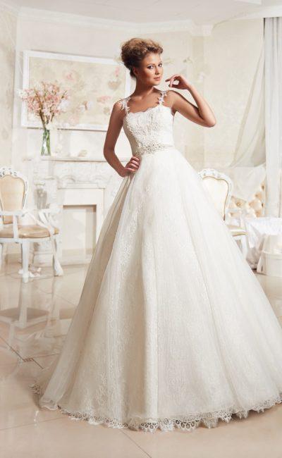 Элегантное свадебное платье с кружевным корсетом, фигурными бретелями и торжественной юбкой.