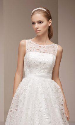 Оригинальное свадебное платье пышного кроя, покрытое ажурной тканью с крупным рисунком.