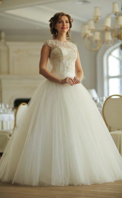 Элегантное свадебное платье пышного кроя с коротким рукавом и округлым вырезом под горло.
