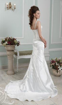 Атласное свадебное платье с лифом в форме сердца и узкими бретелями.
