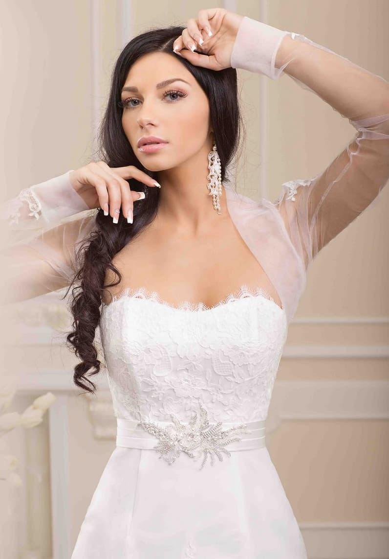 Стильное облегающее свадебное платье с открытым лифом, дополненным прозрачным болеро.