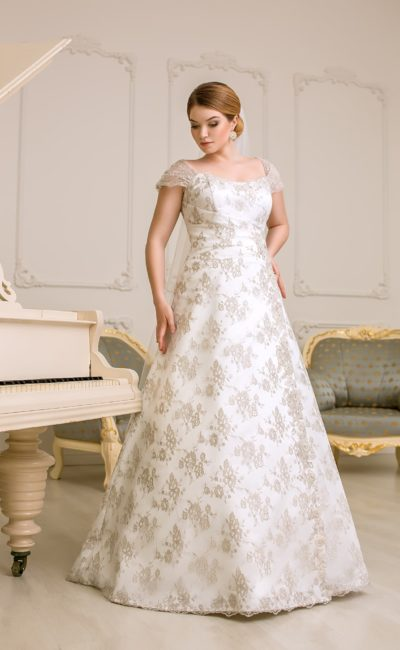 Элегантное свадебное платье с широкими бретелями, покрытое золотистым кружевом по всей длине.