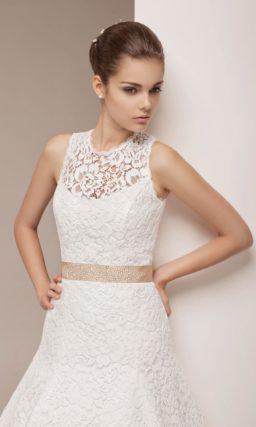Кружевное свадебное платье с заниженной талией и атласным поясом кремового цвета.