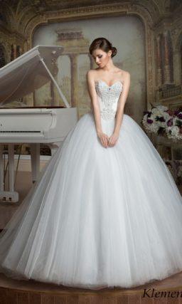 Изысканное свадебное платье с потрясающе пышной юбкой и атласным корсетом с вышивкой.