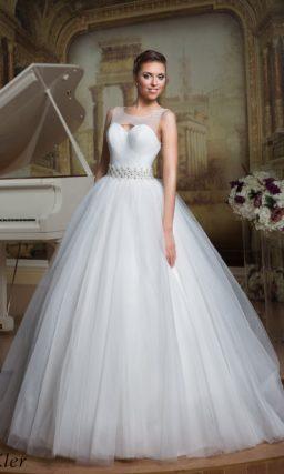 Пышное свадебное платье с широким вышитым поясом и небольшим вырезом на спинке.