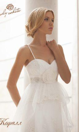 Прямое свадебное платье с открытым декольте в форме сердца.
