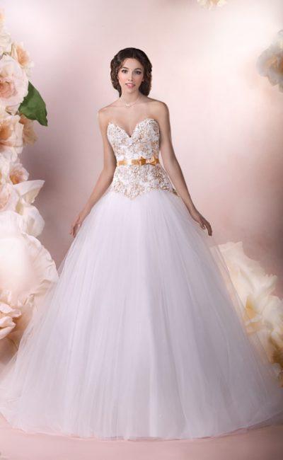 Пышное свадебное платье с глубоким вырезом в форме сердца и золотистым кружевом на корсете.