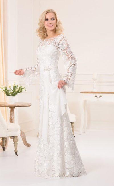 Прямое свадебное платье с широкими рукавами из кружевной ткани и атласным поясом на талии.