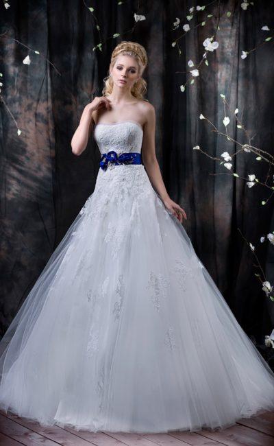 Свадебное платье с лаконичным открытым корсетом и насыщенно синим атласным поясом.