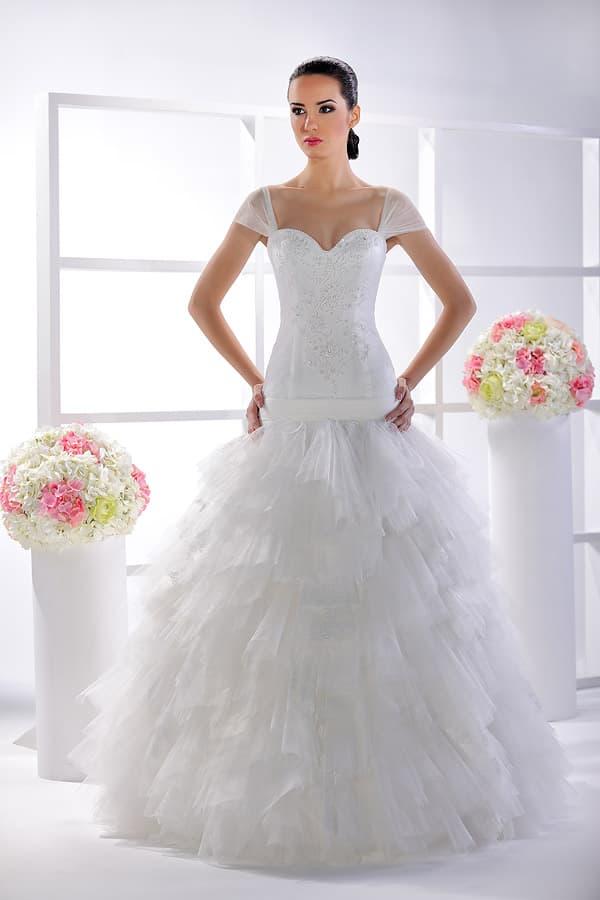 Свадебное платье с облегающим корсетом с заниженной талией, украшенным вышивкой.