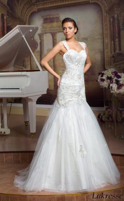 Чувственное свадебное платье «рыбка» с объемной вышивкой по корсету и широкими бретелями.