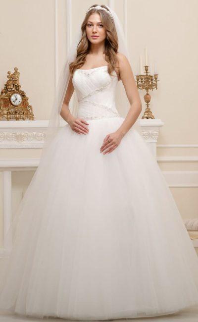 Очаровательное свадебное платье пышного кроя с деликатной отделкой открытого корсета.