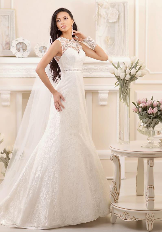 Элегантное свадебное платье с кружевной вставкой над лифом и слегка завышенной талией.