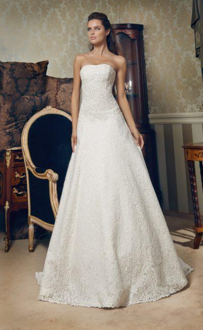 Сдержанное свадебное платье из плотной фактурной ткани, подчеркивающее декольте прямым лифом.