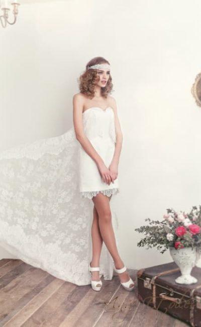 Прямое свадебное платье до середины бедра с лифом в форме сердца.
