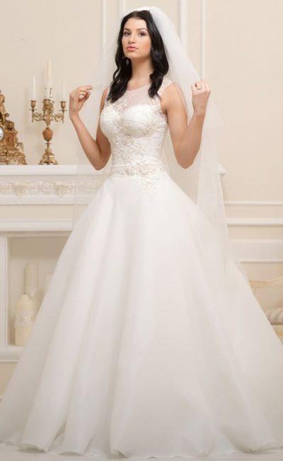 Пышное свадебное платье с закрытым лифом, покрытым фактурными кружевными аппликациями.