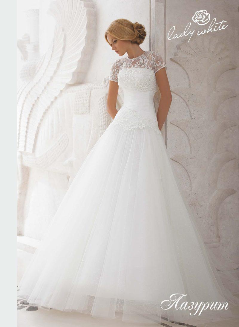 Пышное свадебное платье с открытым лифом и коротким тонким рукавом.