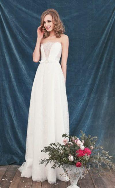 Атласное свадебное платье с лифом прямого кроя и сдержанной юбкой.