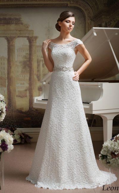 Кружевное свадебное платье с широким округлым декольте и элегантным поясом с бисерным декором.