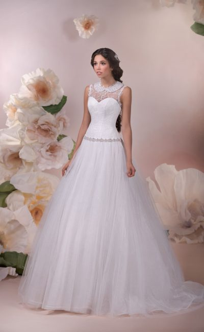 Пышное свадебное платье с романтичным округлым воротником, вырезом на спинке и бисерным поясом.
