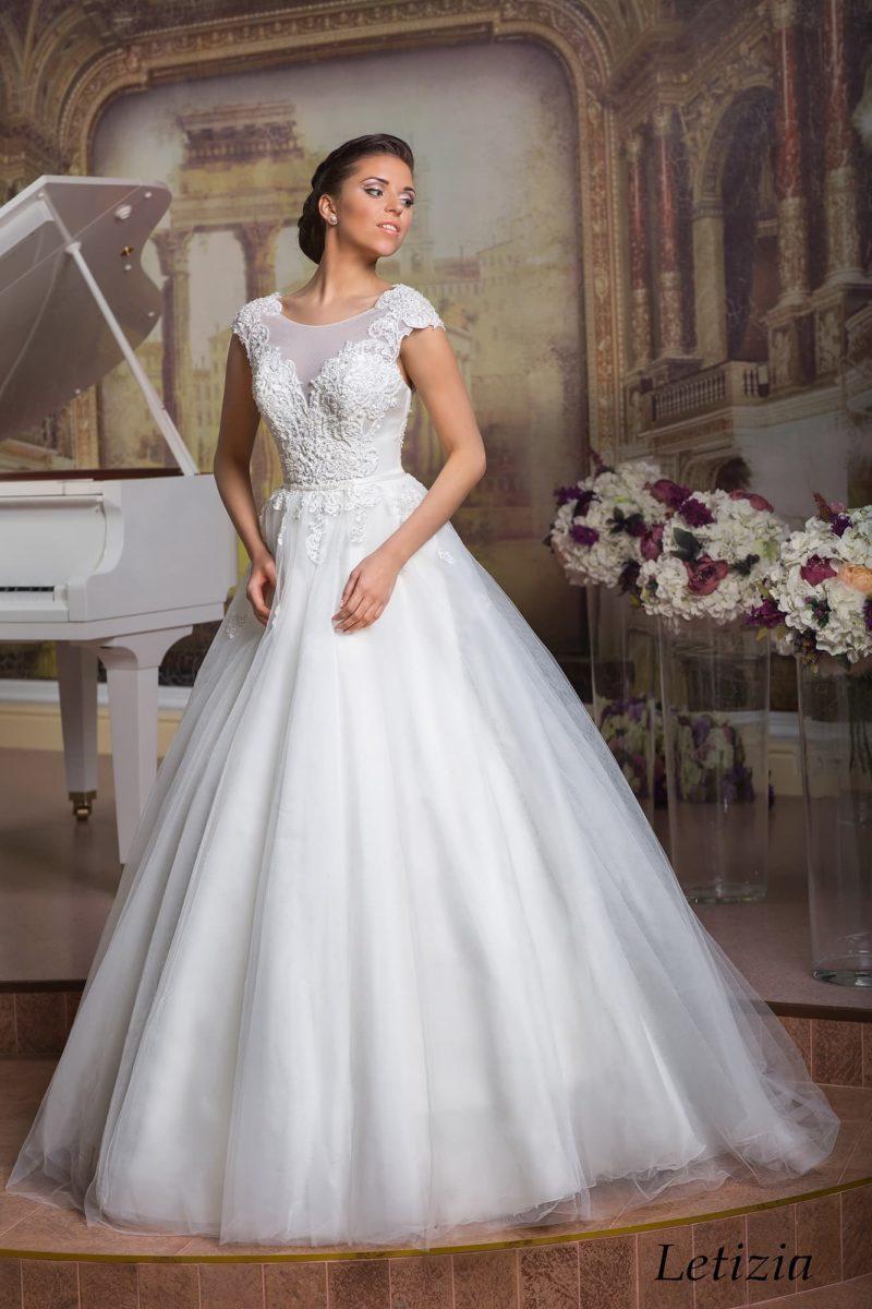 Элегантное свадебное платье с пышной юбкой А-силуэта и фактурным корсетом с коротким рукавом.