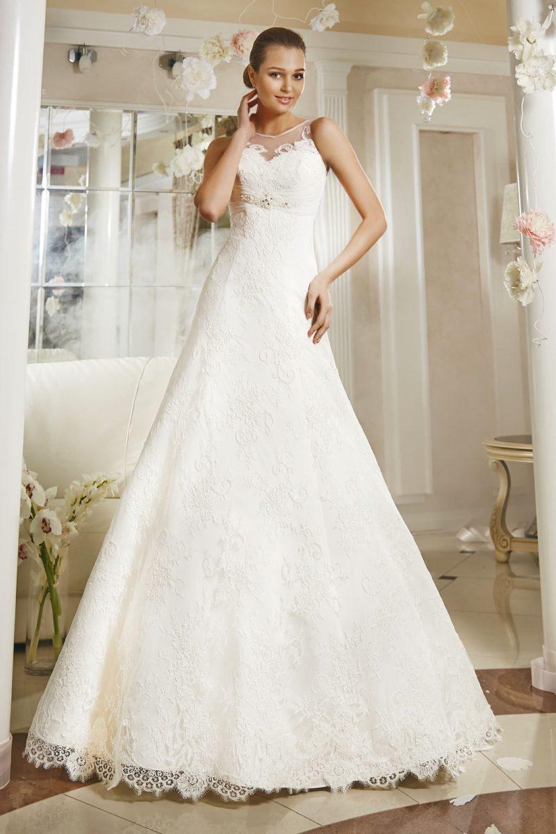 Закрытое свадебное платье «трапеция» с кружевной отделкой и бисерной вышивкой под лифом.