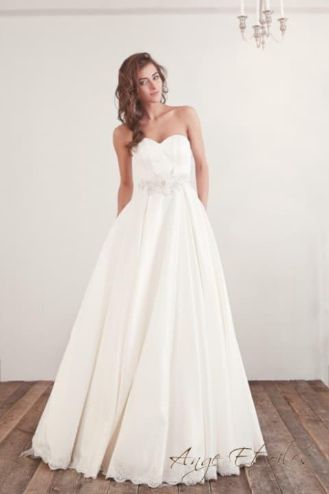 Свадебное платье с лифом в форме сердца и объемной отделкой линии талии.