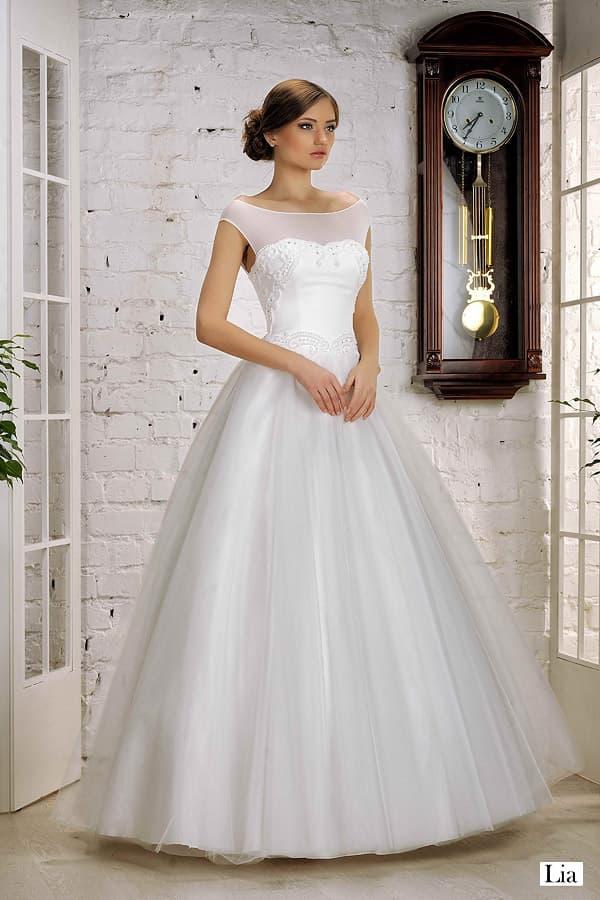 Элегантное и торжественное свадебное платье с круглым декольте и пышным низом.