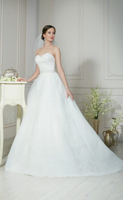 Кружевное свадебное платье с романтичной пышной юбкой и глубоким вырезом на спинке.