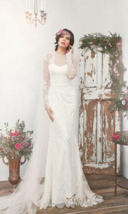 Облегающее свадебное платье с изящным кружевным рукавом и широким поясом.