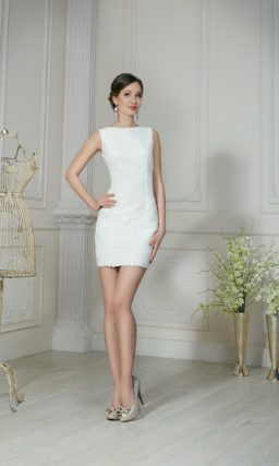 Закрытое свадебное платье «футляр» с короткой юбкой длиной до середины бедра.