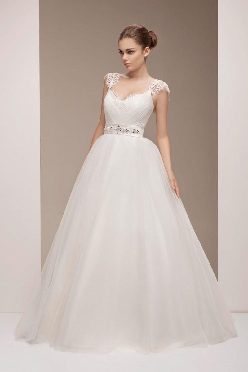 Свадебное платье «трапеция» с глянцевым поясом и нежными кружевными бретелями.