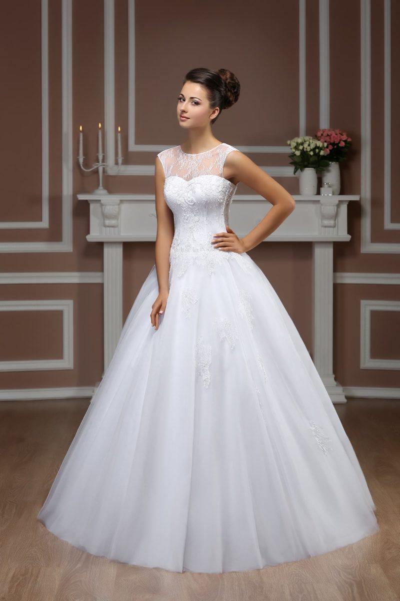 Стильное свадебное платье с пышной юбкой и кружевным декором лифа и спинки.